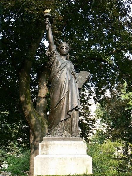 Statue de la libert les r pliques d couvertes gr ce - Jardin du luxembourg statue of liberty ...