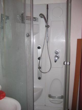 Salle de bain rendre fonctionnelle car tr s petite for Tres petite salle de bain moderne