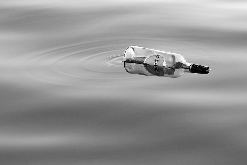 une bouteille sur l'eau