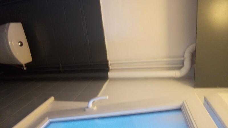 peinture sur carrelage mural d une salle de bain. Black Bedroom Furniture Sets. Home Design Ideas