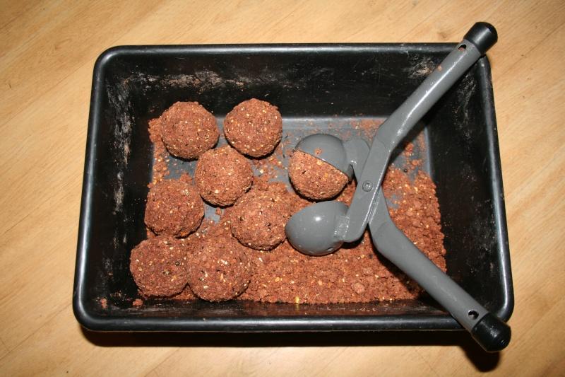 Pince boules d 39 amorce for Amorce maison pour carpe